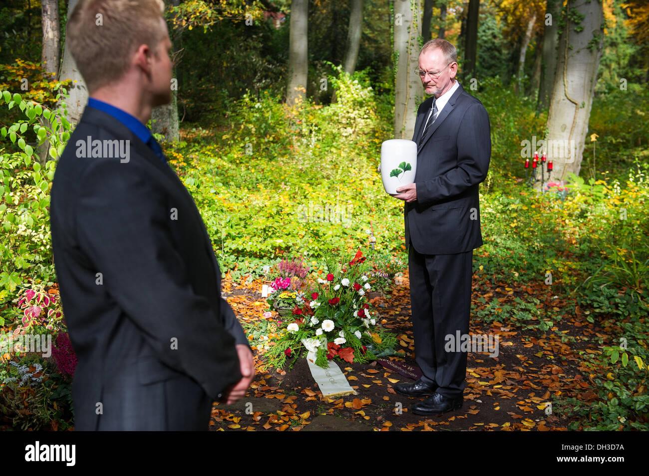 Saarbruecken, Alemania. 22 Oct, 2013. Los undertakers Hubert Laubach (R) y Hubert Marc Laubach stand en la zona Foto de stock