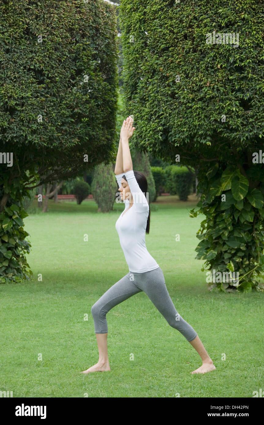 Mujer ejercitándose en un parque Foto de stock