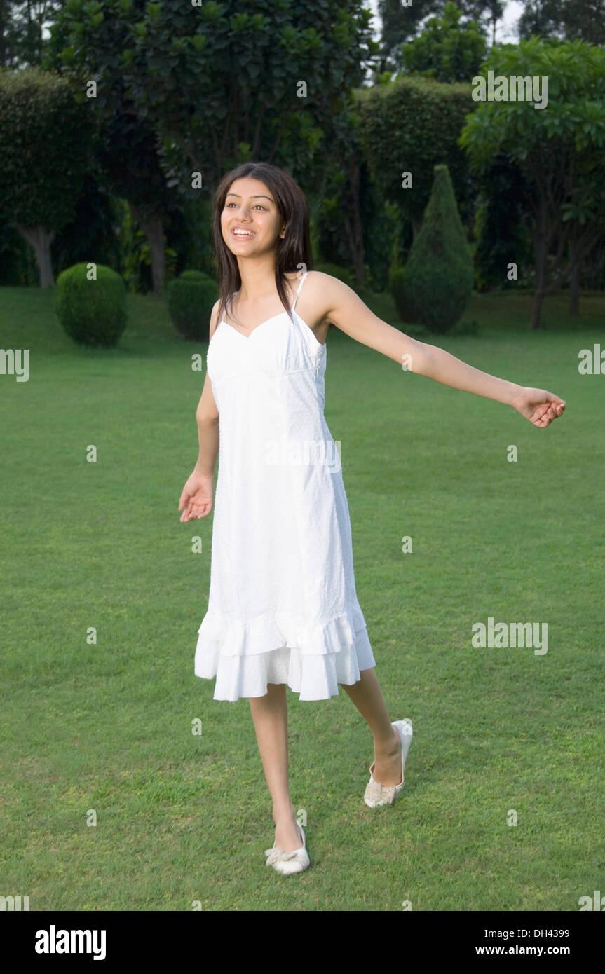 Mujer caminando en un parque Foto de stock