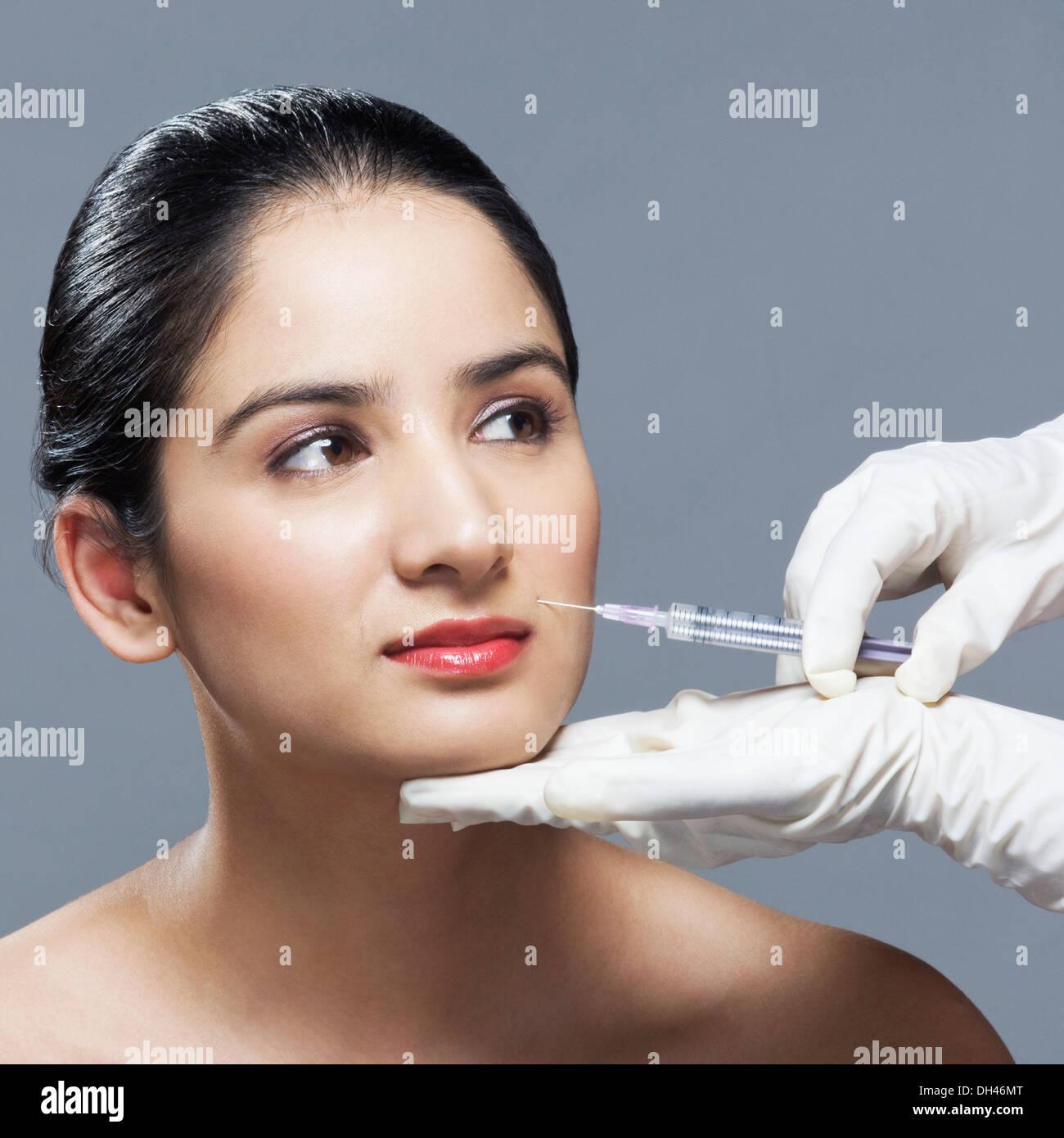 Una mujer con una inyección de Botox Foto de stock