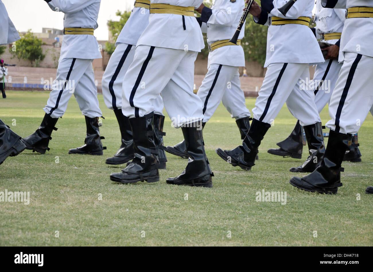 Marchando en negro botas y pantalones blancos por la banda musical Jodhpur Rajastán India Imagen De Stock