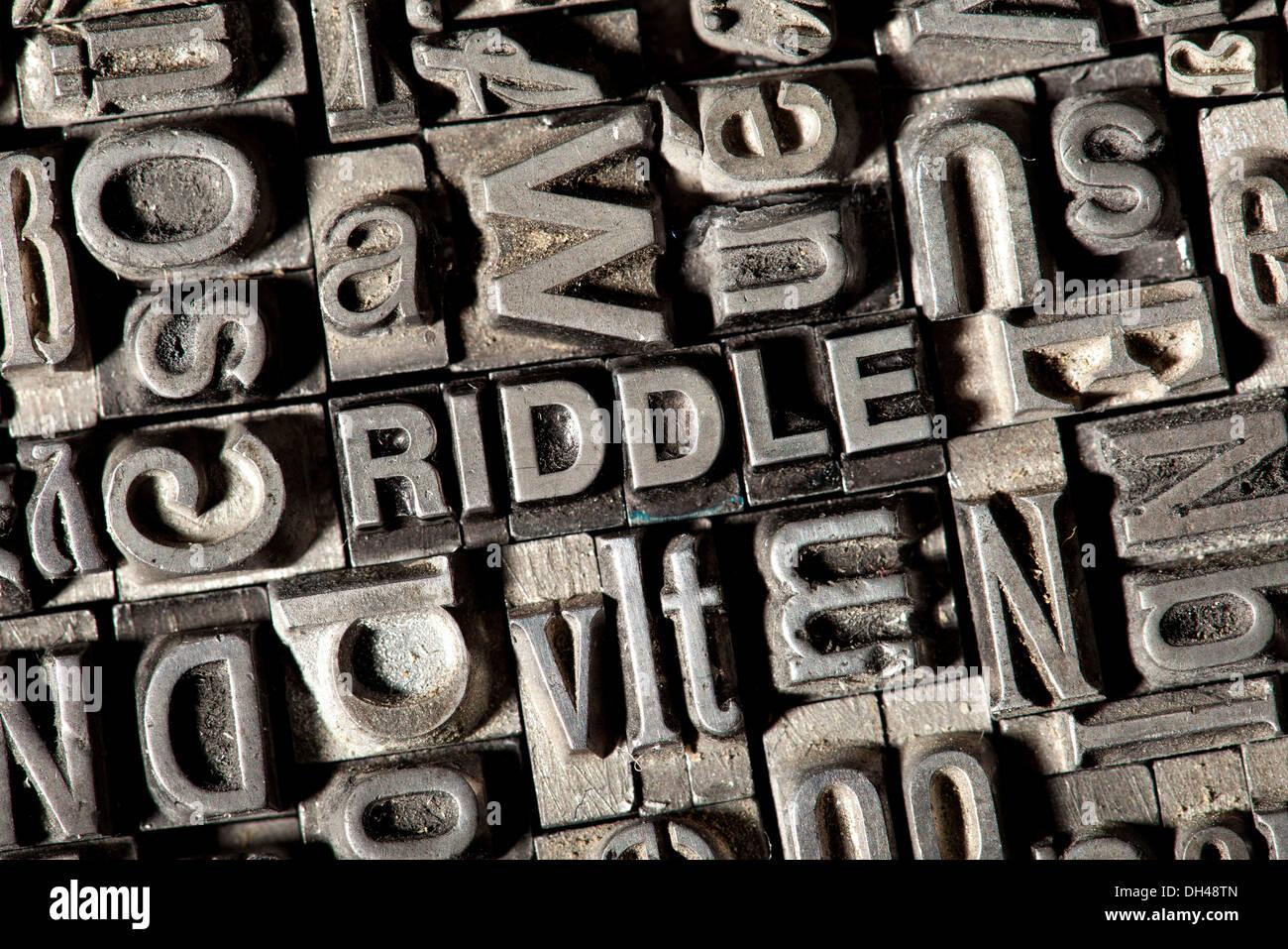 Cable viejo letras que forman la palabra Enigma Foto de stock