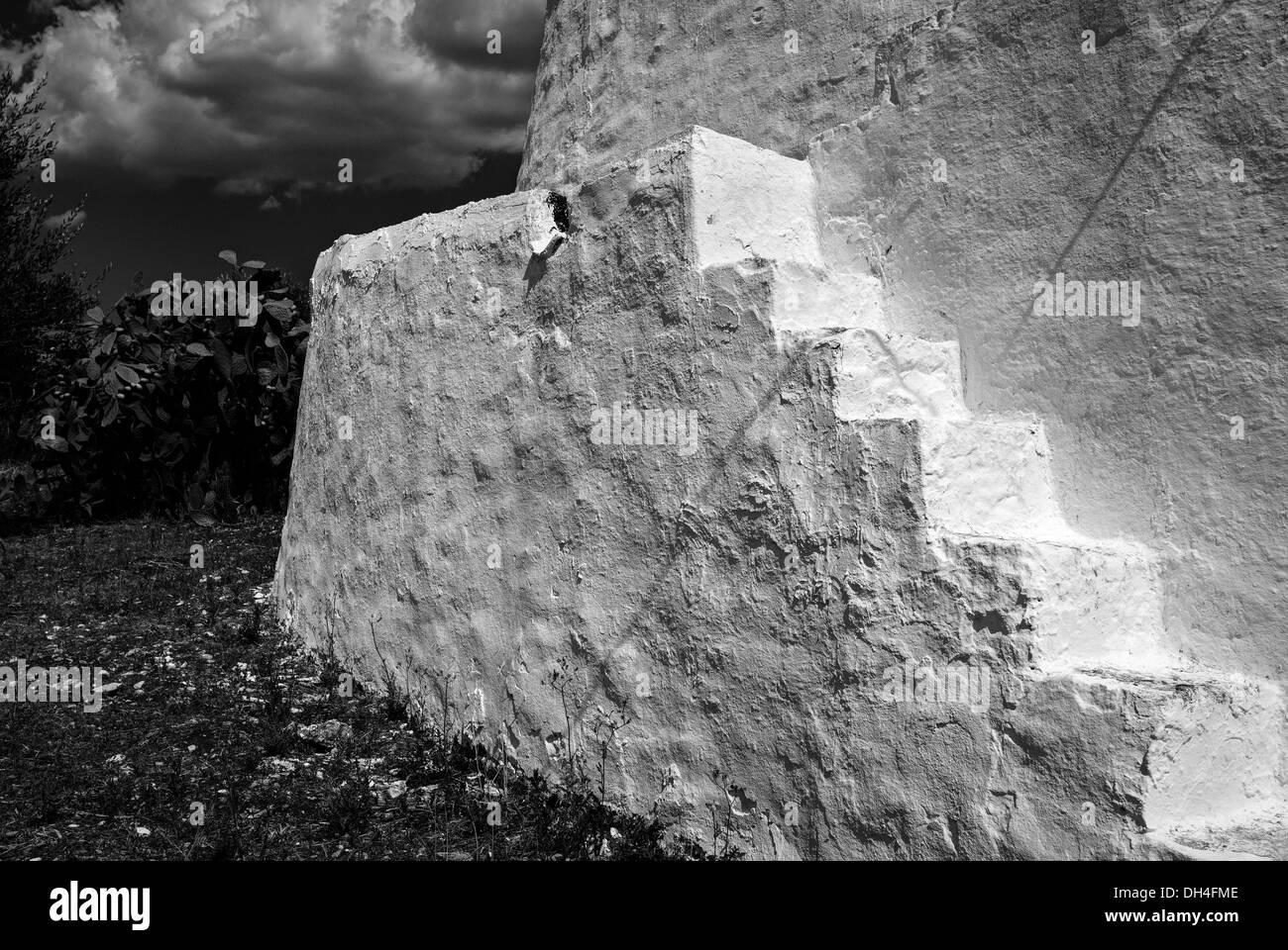 Italia, en la región de Apulia. Pasos de un Trullo, Apulia tradicional cabaña de piedra en seco Imagen De Stock