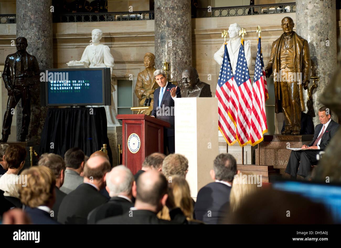 El Secretario de Estado de Estados Unidos, John Kerry ofrece comentarios en la dedicación de un busto de Winston Churchill en el Capitolio de los Estados Unidos en Washington, D.C., el 30 de octubre, 2013. El busto está colocado en virtud de la resolución 497, la cual fue redactada por el Orador de la cámara Joh Foto de stock