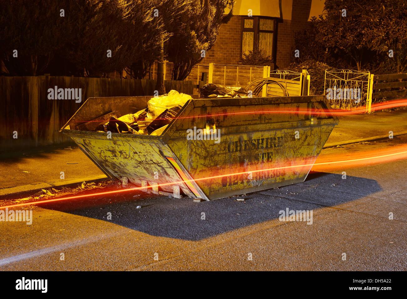 Saltar grande de metal colocado en el lado de una carretera como unidades de tráfico pasado Imagen De Stock