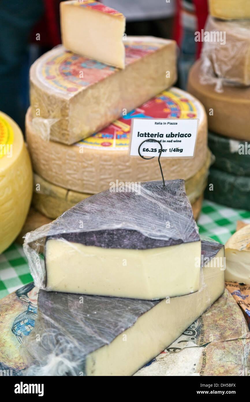 Latteria Ubriaco queso madurado en el vino tinto para la venta en el mercado de cala en el Festival italiano el 21 de septiembre de 2013, de Peterborough, Inglaterra Imagen De Stock
