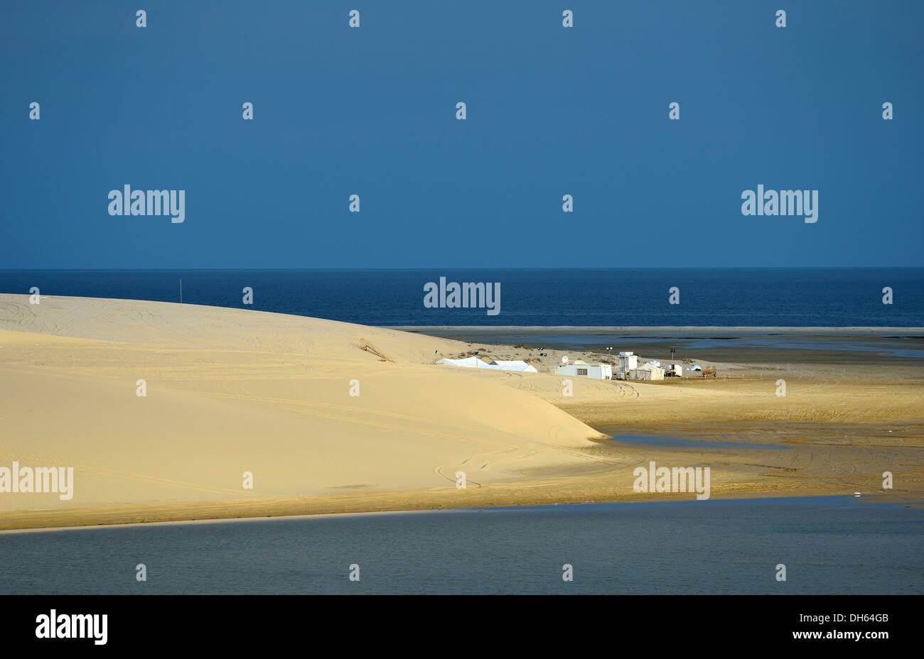 Tiendas beduinas, dunas de arena, mar interior, el milagro del desierto de Qatar, Khor Al Udeid Playa, auch Khor Foto de stock