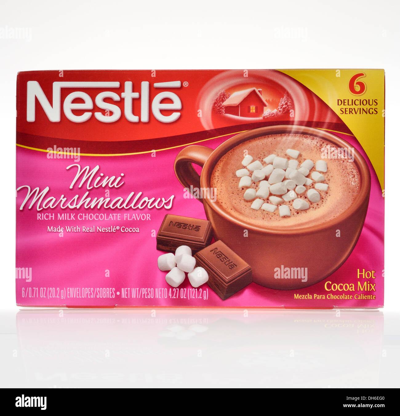 Sin abrir la caja de Nestlé chocolate caliente Mezclar con mini malvaviscos sobre fondo blanco del recorte. Ee.Uu.. Imagen De Stock
