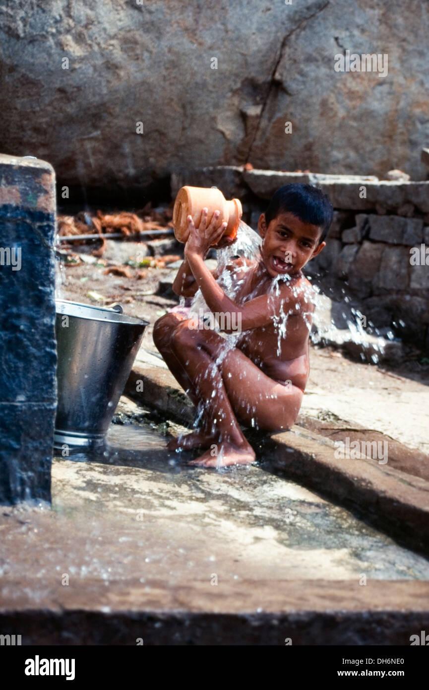 Niños pequeños fuera del baño en la opinión pública india Imagen De Stock