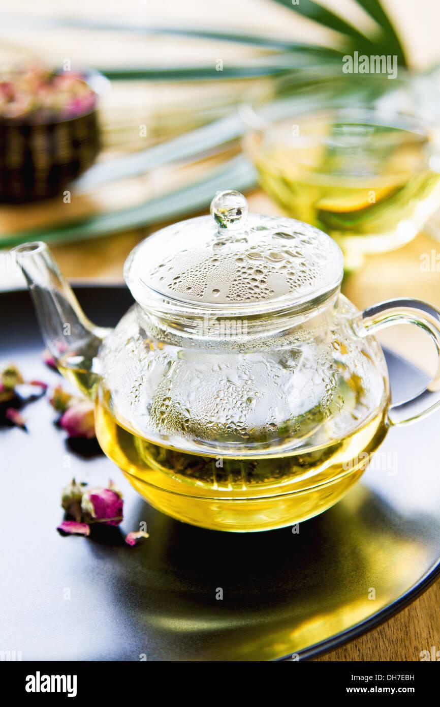 Verbena, menta y capullos de rosa como mezclar té de hierbas en una olla de té Foto de stock