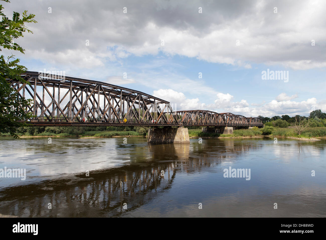 Puente ferroviario sobre el río fronterizo Oder, frontera germano-polaca, a Kostrzyn Kuestrin, Brandeburgo Imagen De Stock