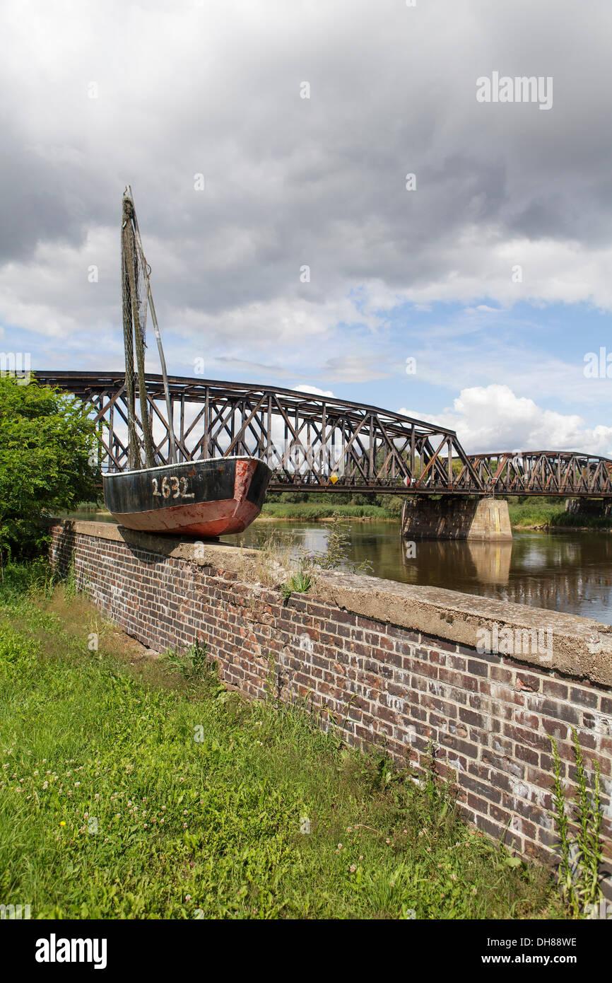 Viejo barco pesquero en el fronterizo río Oder, frontera germano-polaca, a Kostrzyn Kuestrin, Brandeburgo Imagen De Stock