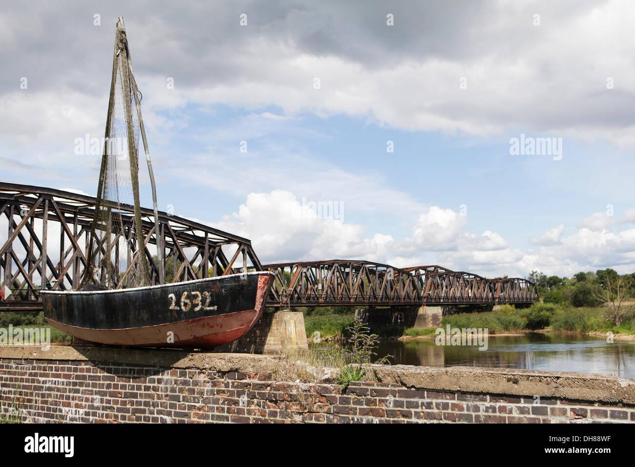 """Viejo barco pesquero en el fronterizo río Oder, frontera germano-polaca, a Kostrzyn Kuestrin, vida boya con la inscripción """"Berlín Imagen De Stock"""