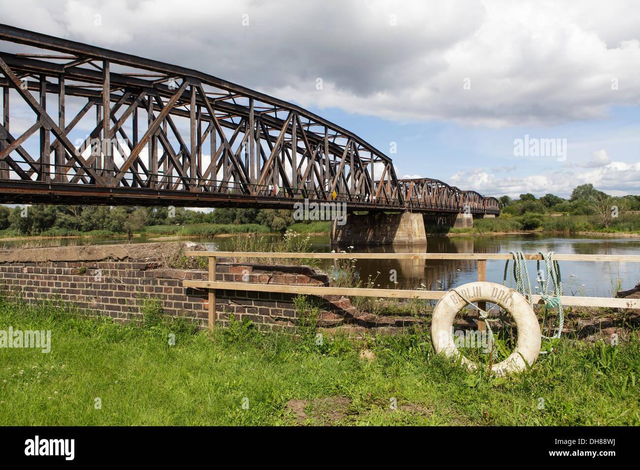 """Puente ferroviario sobre el río fronterizo Oder, frontera germano-polaca, a Kostrzyn Kuestrin, vida boya con la inscripción """"Berlín Imagen De Stock"""