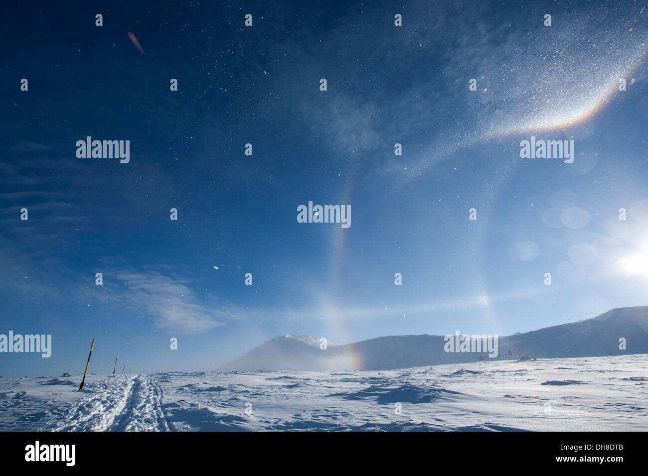 Raro nubes y arcoiris en el viento Foto de stock