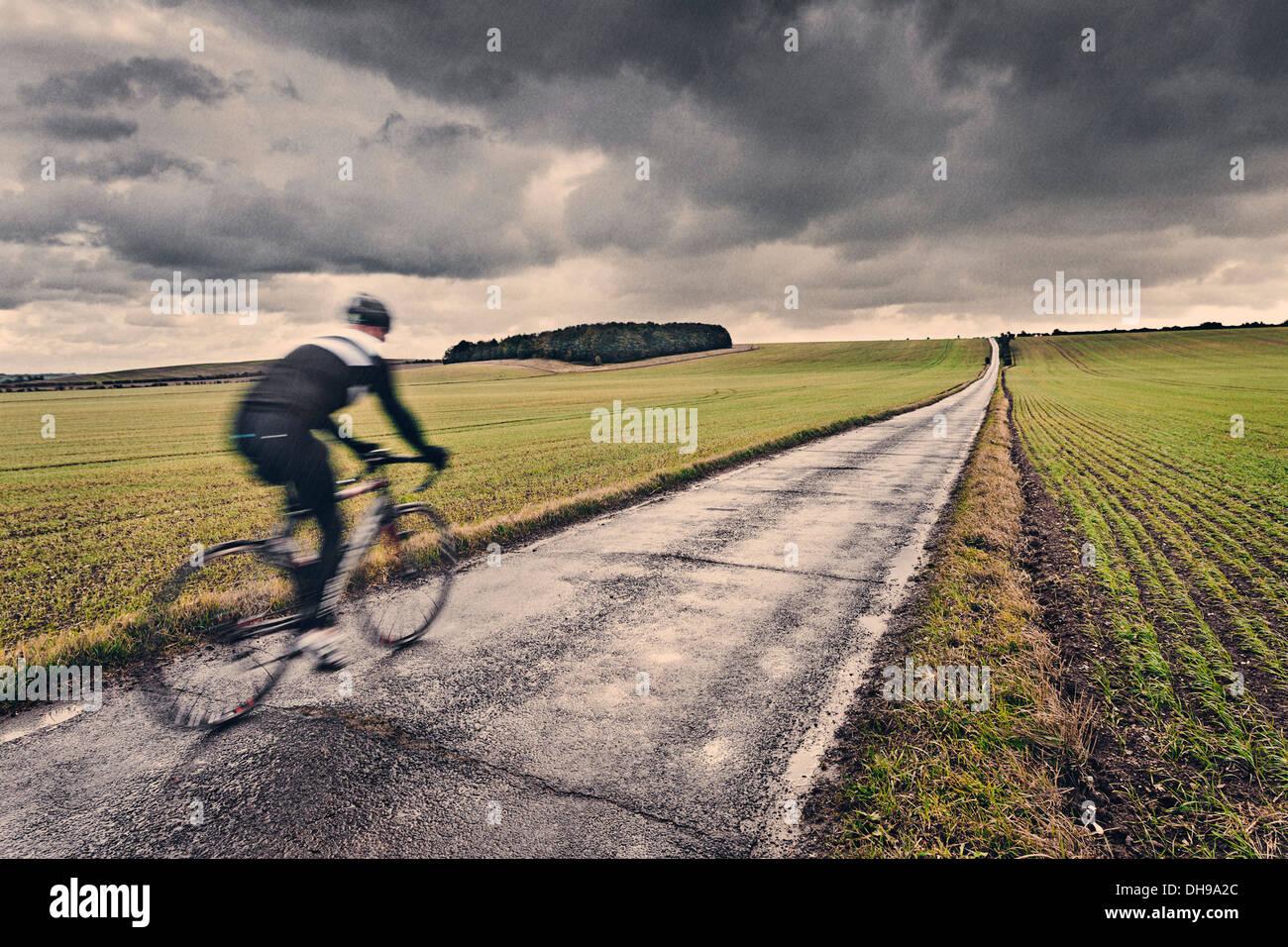 Ciclista solitario en la campiña británica Imagen De Stock
