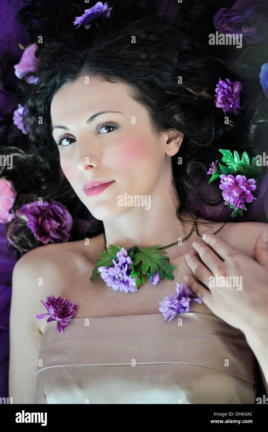 Retrato de una joven bella mujer acostada en la cama Imagen De Stock