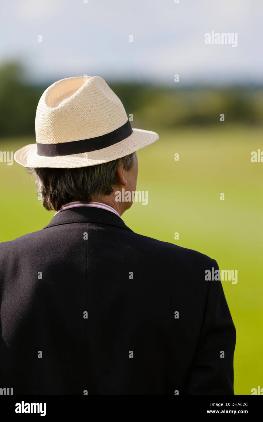 c711a17d5da92 Cabeza y hombros de la parte trasera de un hombre que llevaba un sombrero  de Panamá