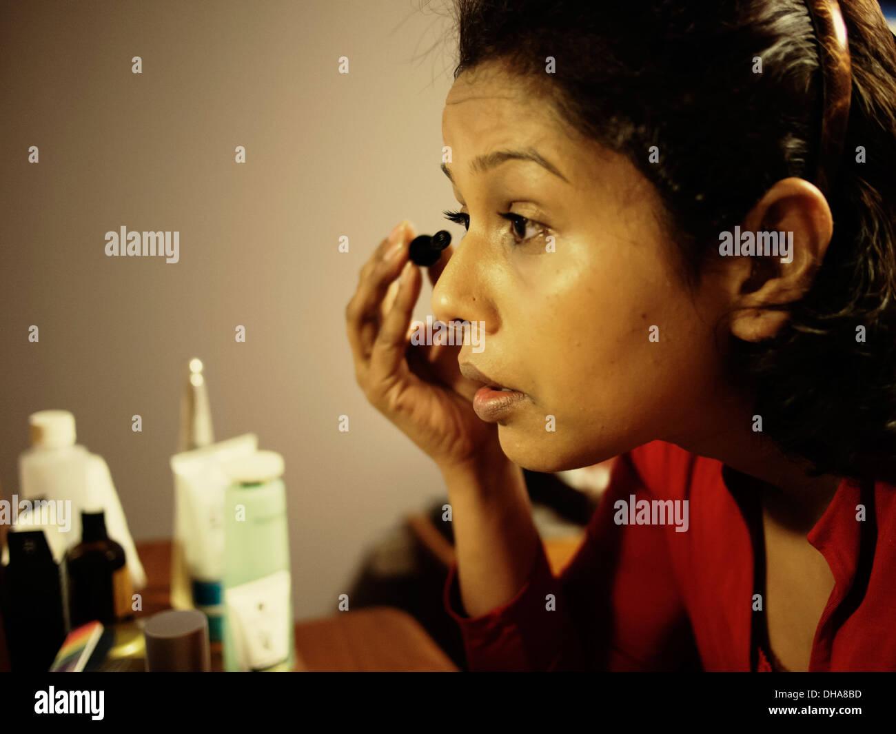 Punjabi mujer aplica mascara Imagen De Stock