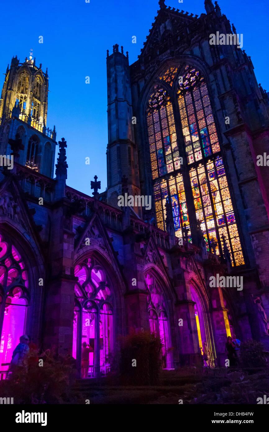 La iglesia Dom y la torre Dom de Utrecht. Domkerk y Domtoren. La Catedral de San Martín. Visto desde el claustro Pandhof durante la noche. Imagen De Stock