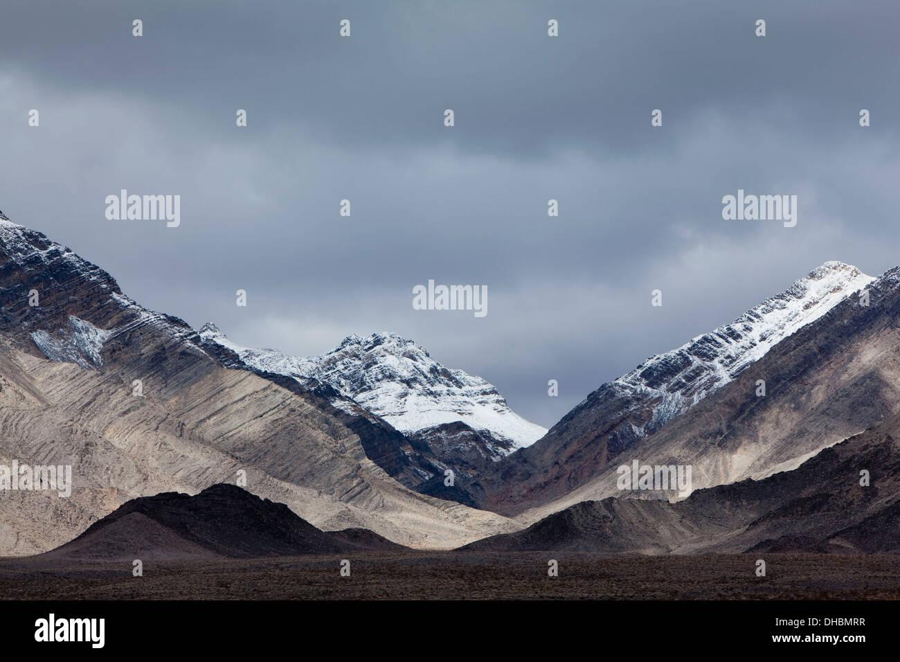 Montañas cubiertas de nieve y ominoso cielo, montañas Panamint, Death Valley NP Imagen De Stock