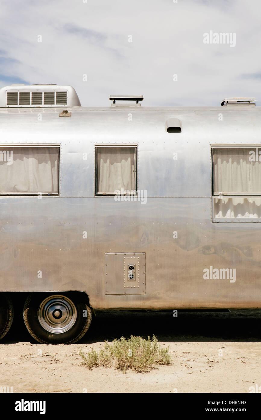 Un vintage Airstream alojamiento silver remolque estacionado en las salinas de Bonneville durante la semana de la velocidad. Imagen De Stock