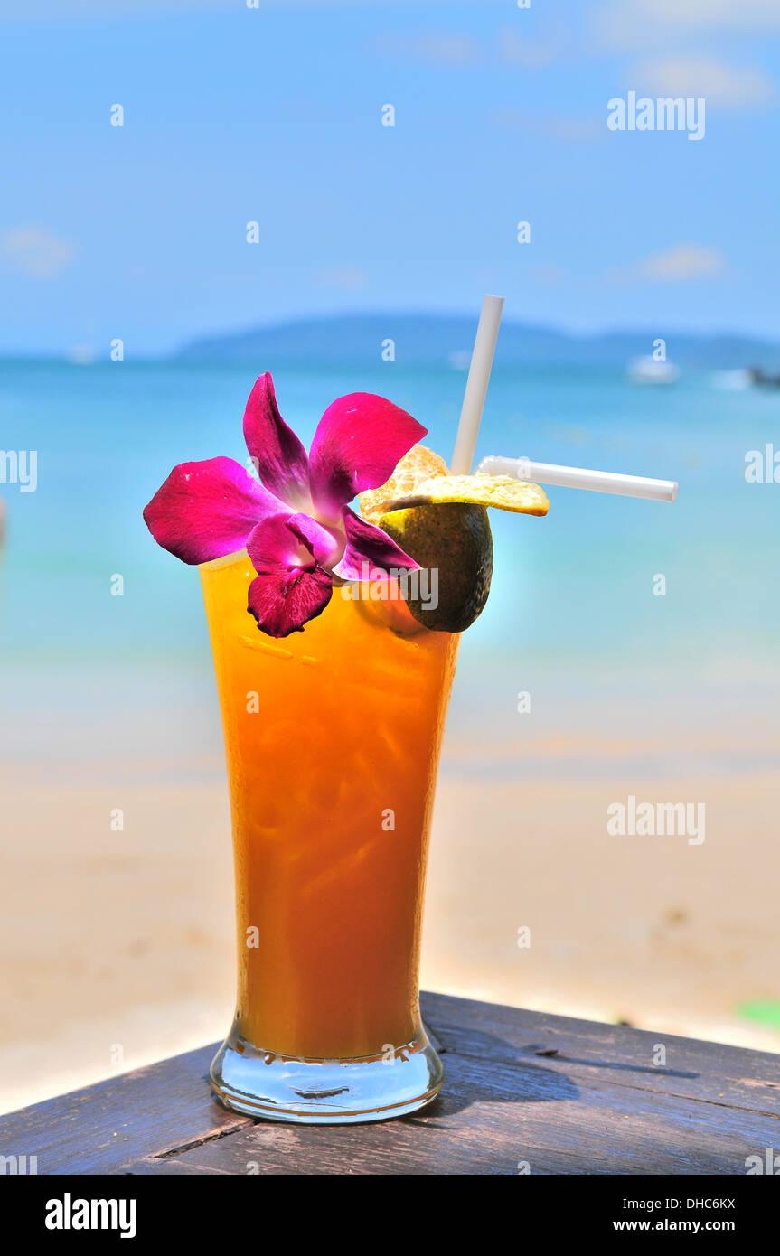 Cóctel de naranja por la playa Foto de stock