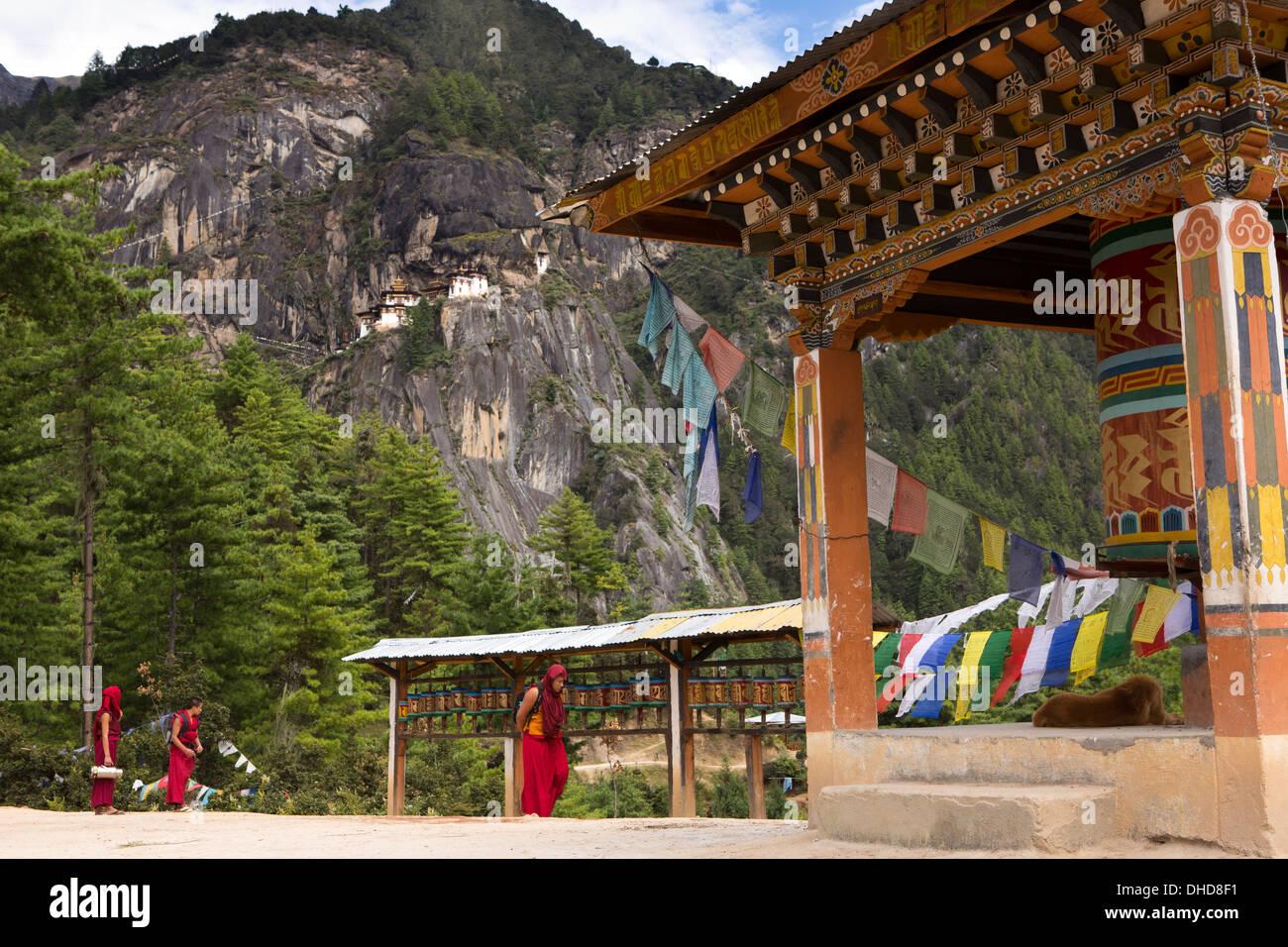 Bhután, Paro valle, monjes de Taktsang (Tiger's Nest) monasterio viewpoint ruedas de oración Foto de stock