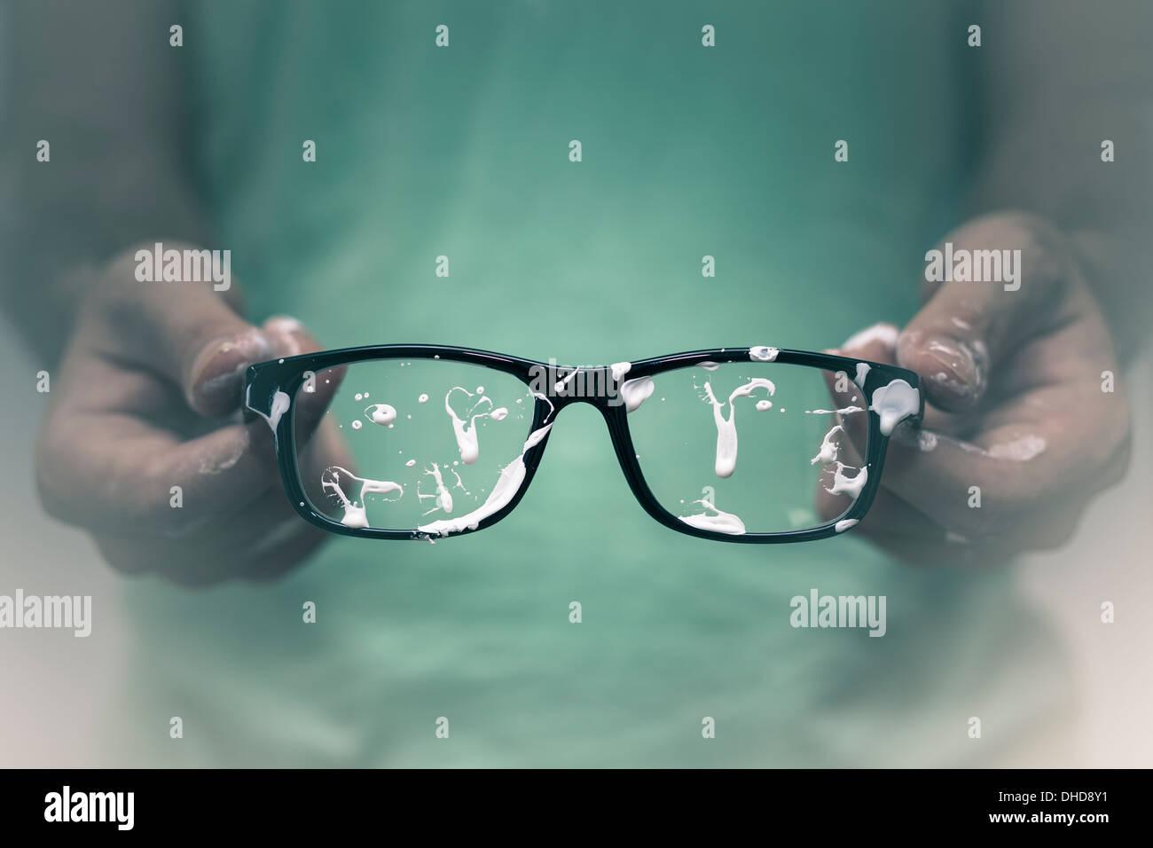 Concepto de visión creativa. Primer plano del hombre creativo mostrando su manchada de lentes. Imagen De Stock