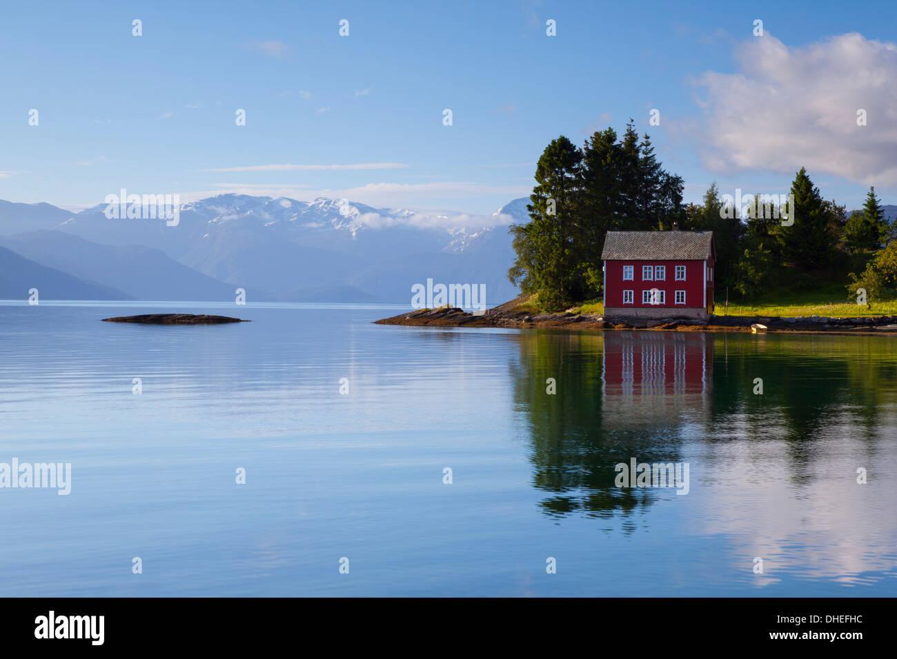 Una idílica isla rural en el fiordo Hardanger, Hordaland, Noruega, Escandinavia, Europa Foto de stock