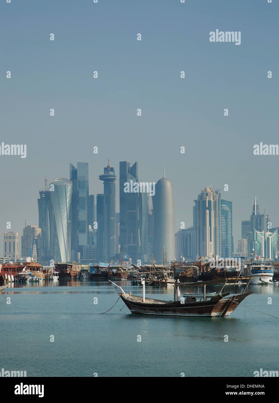 Los rascacielos futuristas en Doha, Qatar, Oriente Medio Imagen De Stock