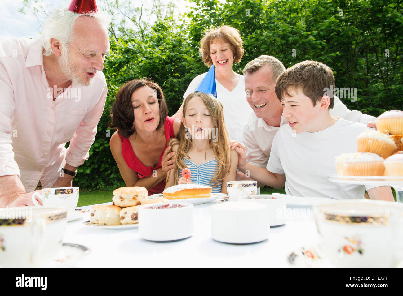 Familia celebrando el cumpleaños de chica Imagen De Stock
