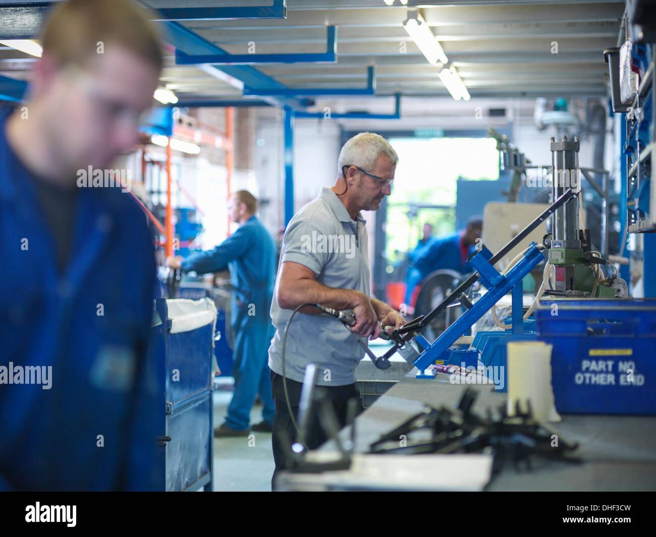 Los trabajadores de línea de producción en la fábrica. Imagen De Stock