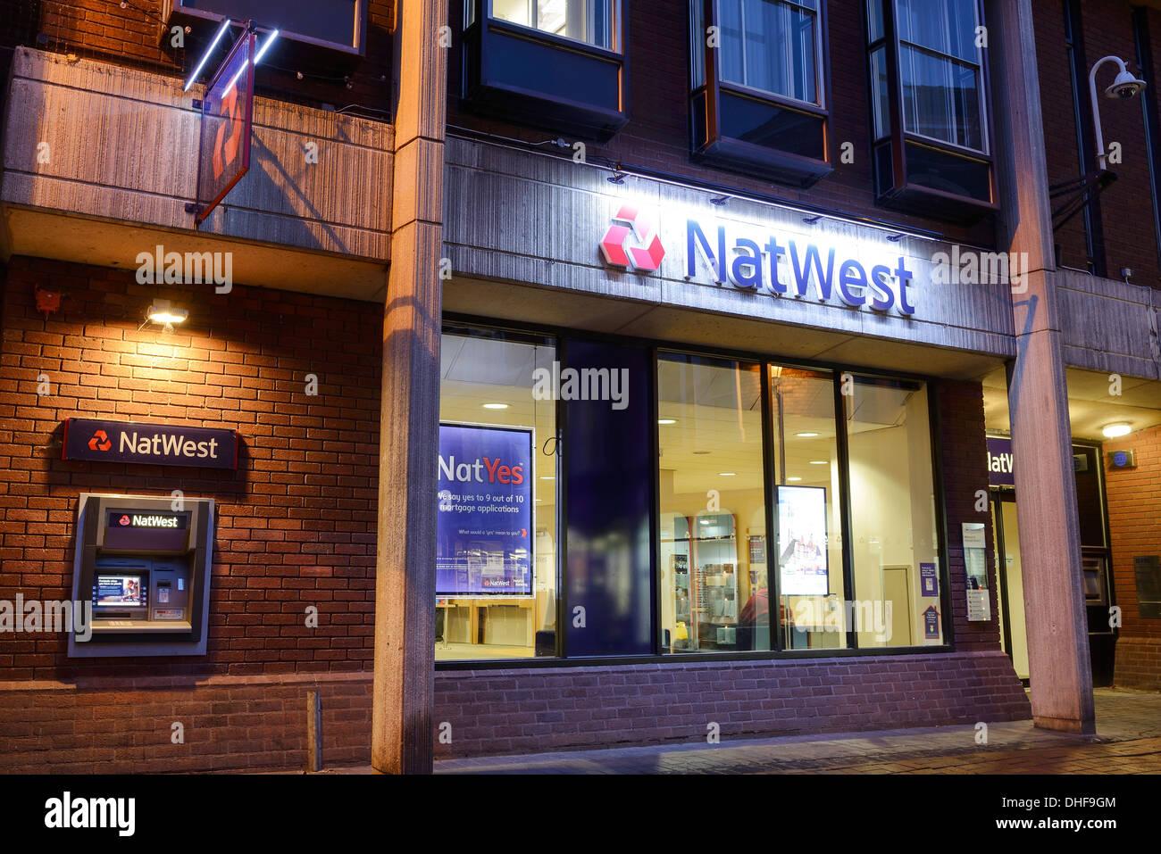 Natwest Bank y cajero automático ATM iluminados durante la noche Imagen De Stock