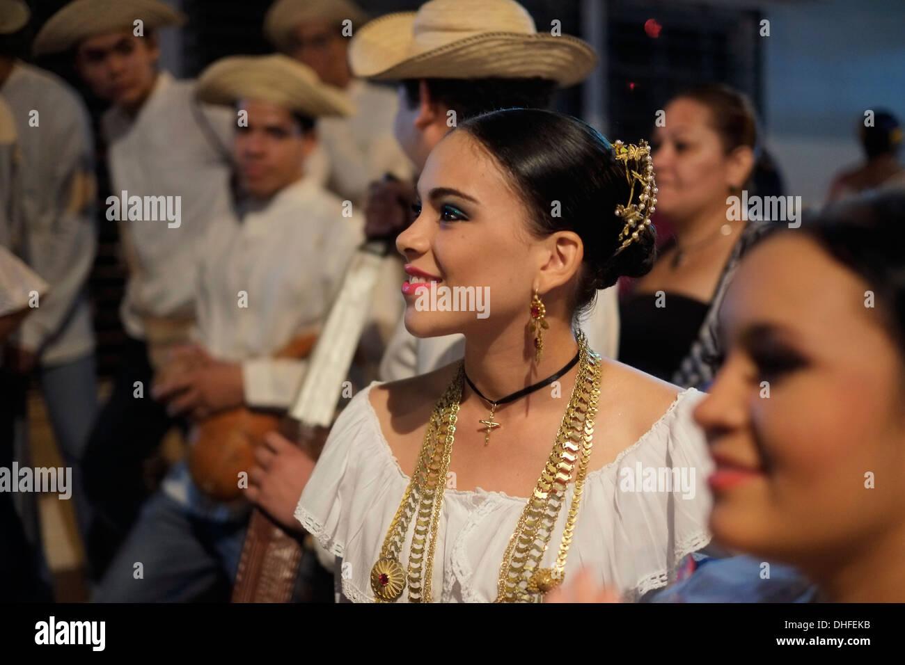 La Gente En Ropa Tradicional Durante El Festival Montanero En Chitre