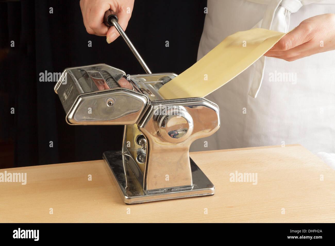 Hojas de pasta de rodadura con una máquina Imagen De Stock