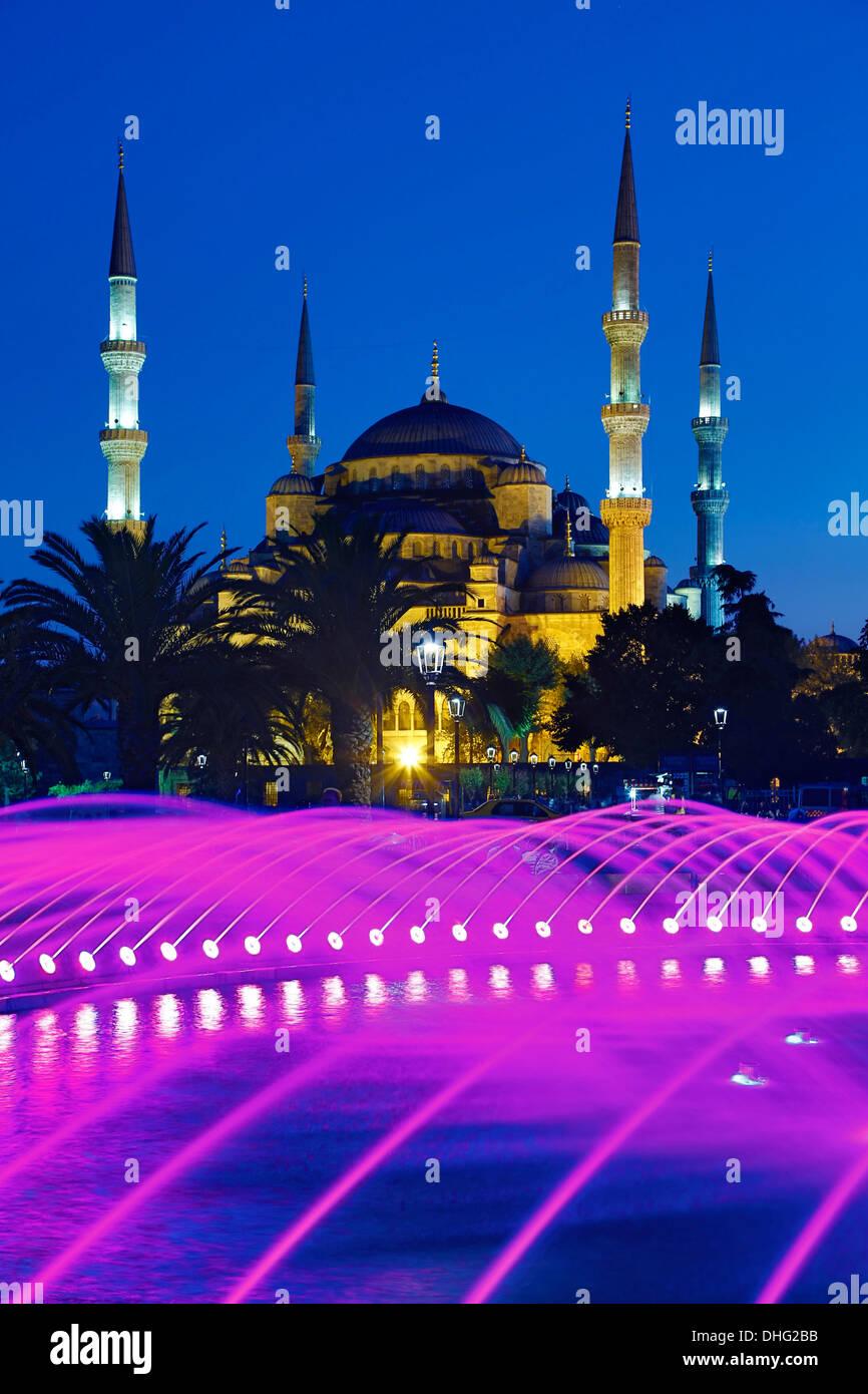 Fuente y la Mezquita Azul de Estambul, Turquía Imagen De Stock