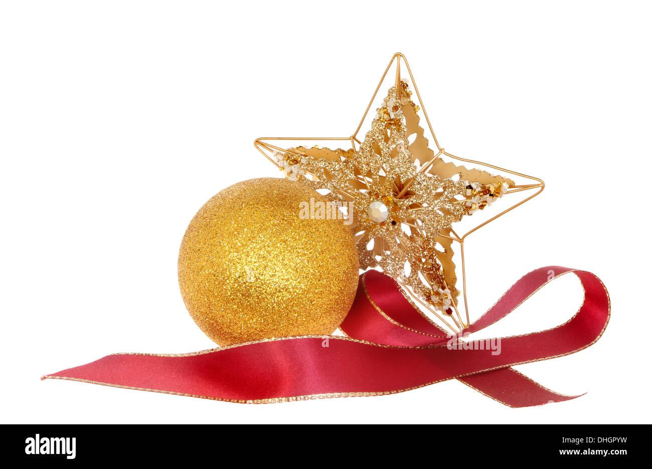 332df09c7bd Decoración de Navidad una estrella con un brillo de oro y adornos de cinta  roja contra