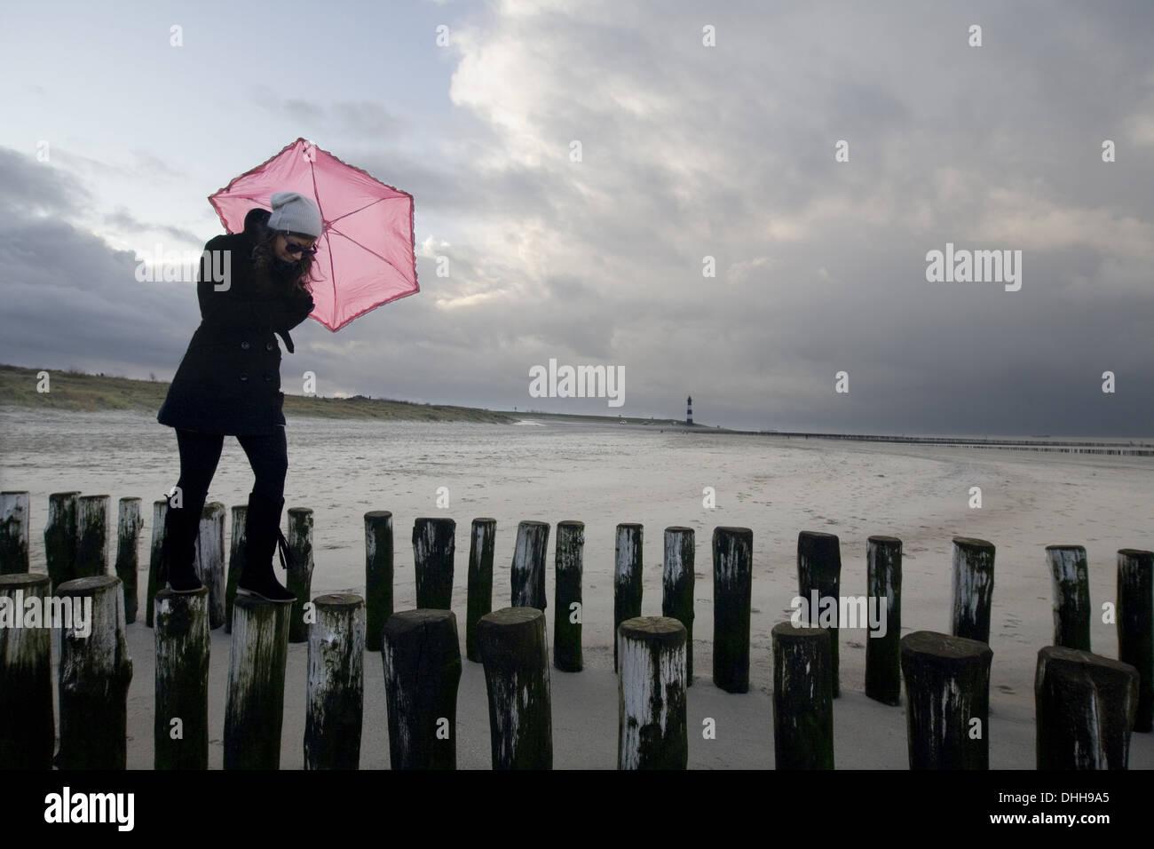 Mujer joven con paraguas rosa Imagen De Stock