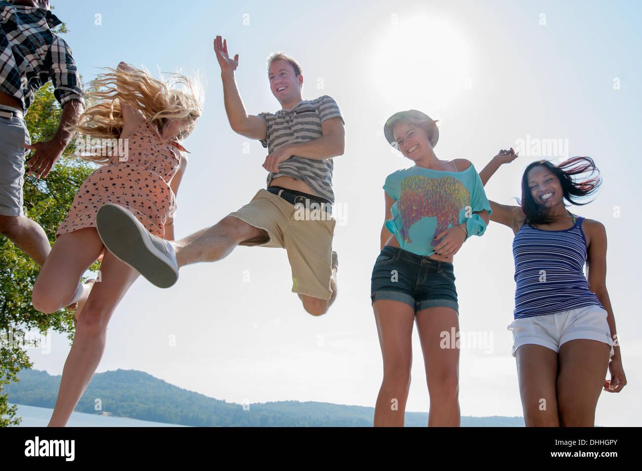Un grupo de amigos, vistiendo ropa de verano, bajo el ángulo Imagen De Stock