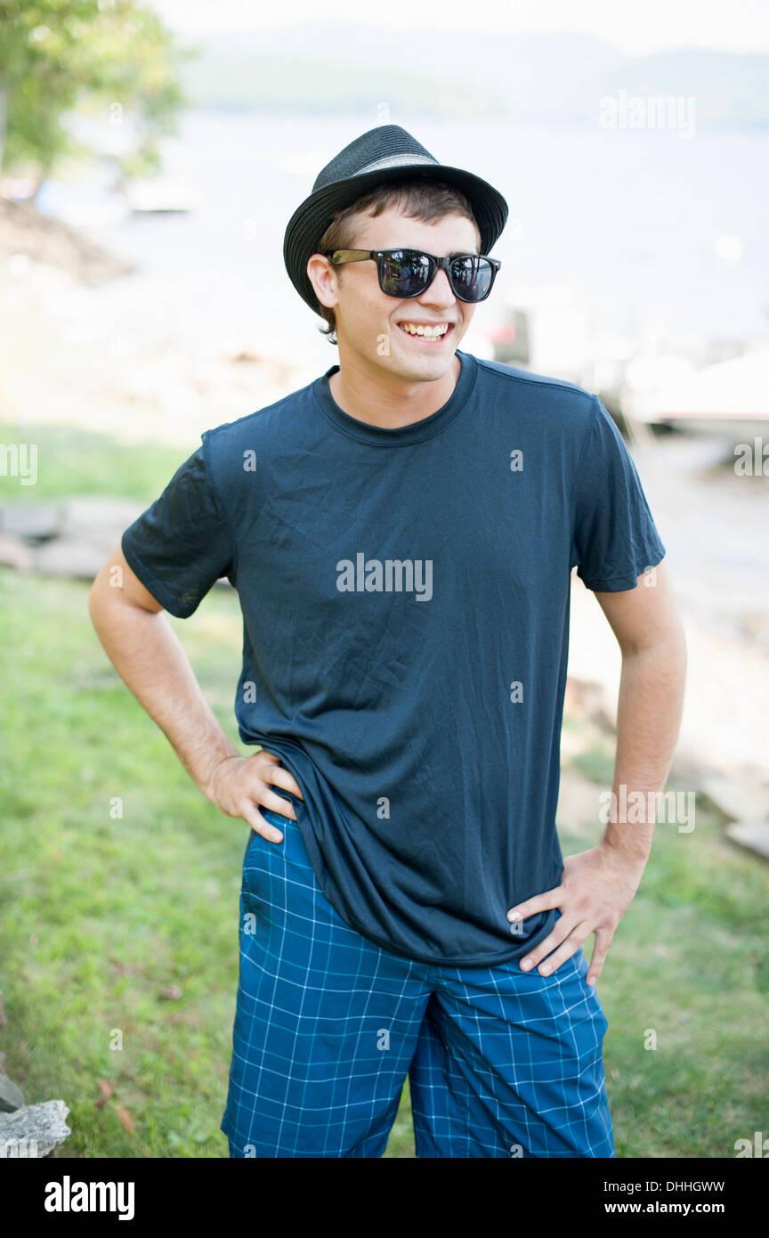 Retrato de joven vistiendo gorra y gafas de sol Imagen De Stock