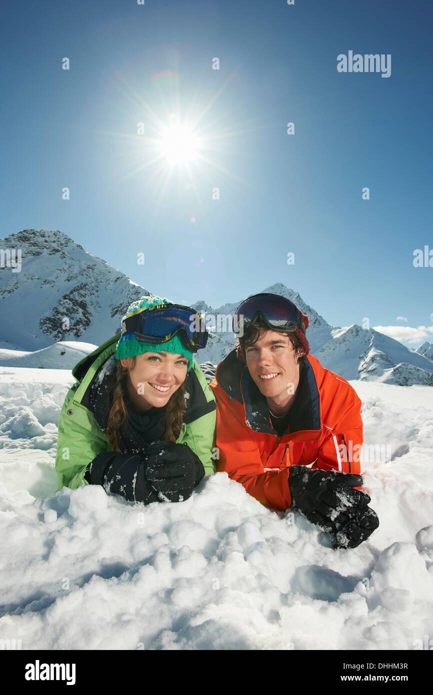 Par tumbado en la nieve, Kuhtai, Austria Foto de stock