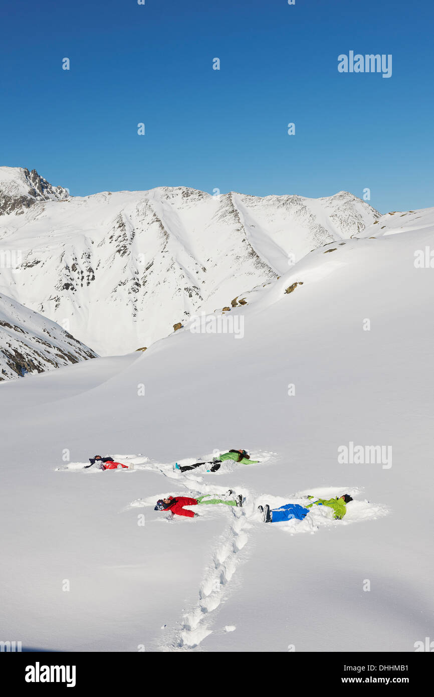 Amigos haciendo ángeles de nieve, Kuhtai, Austria Imagen De Stock
