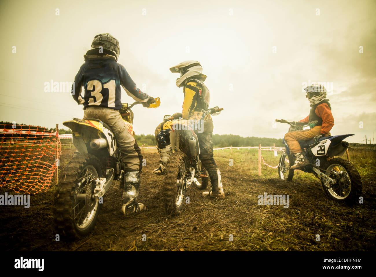 Joven y niños en motocicletas en motocross Imagen De Stock