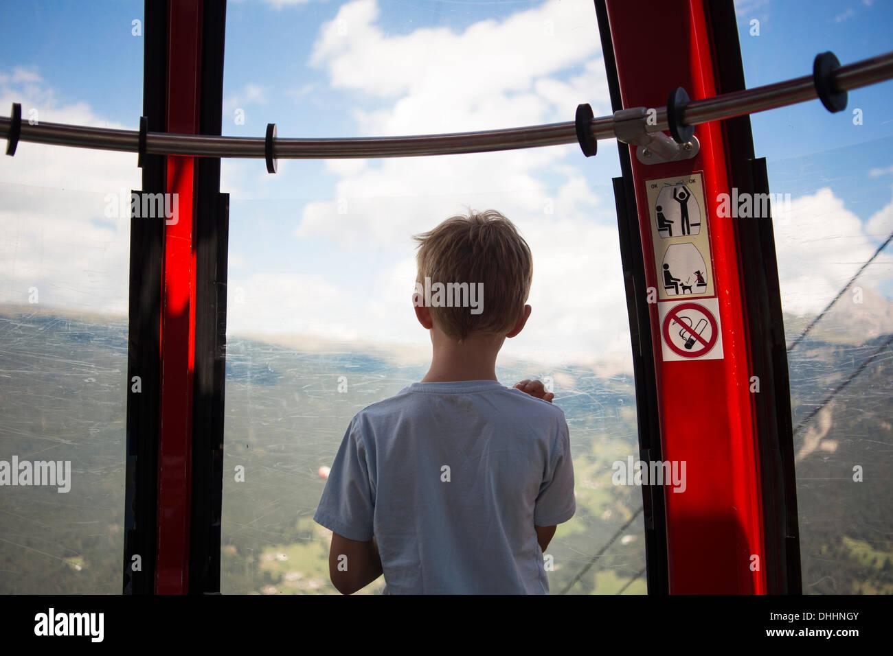 Chico mirando desde el teleférico, Tirol, Austria Imagen De Stock