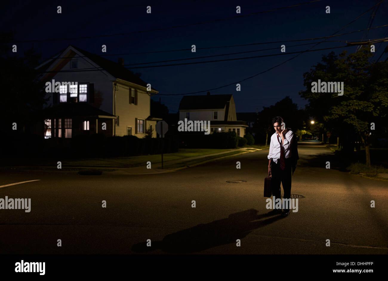 Hombre de negocios cansados llegan a casa tarde en la noche Imagen De Stock