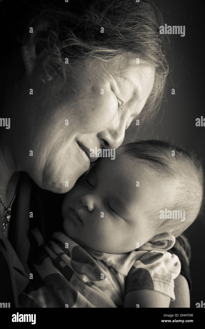 Retrato de la abuela sosteniendo bebé nieta Imagen De Stock
