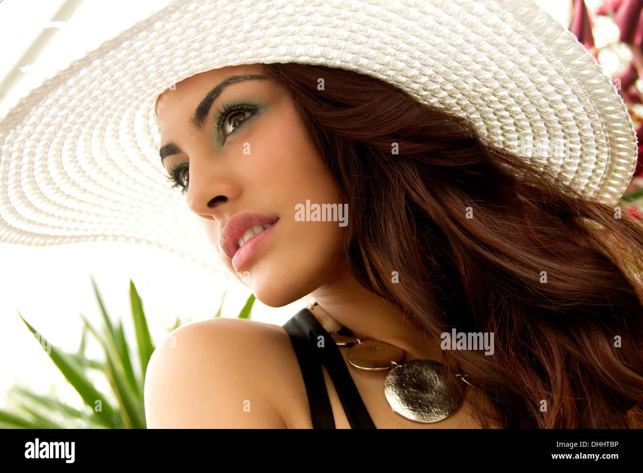 Retrato de mujer joven, vistiendo sombrero para el sol Foto de stock