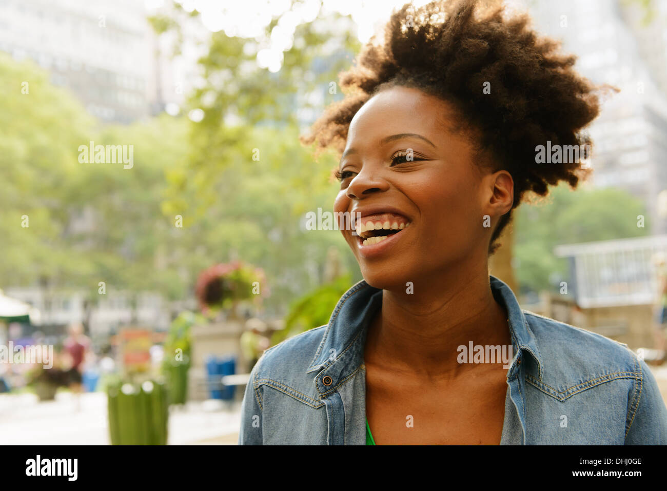 Cerca de la mujer con gran gran sonrisa Imagen De Stock