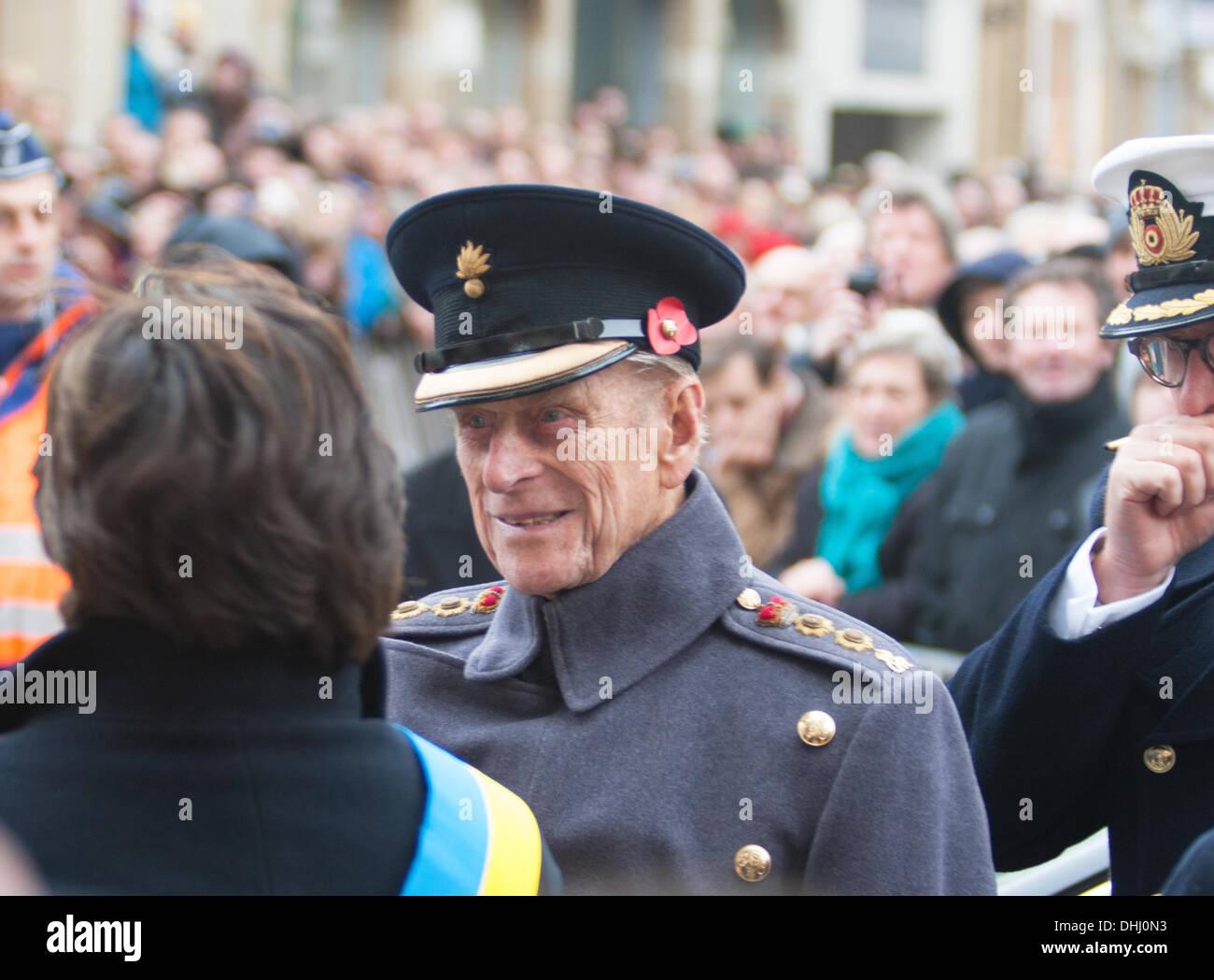 """Ypres, Bélgica - 11 de noviembre de 2013 - Su Alteza Real el Duque de Edimburgo en Ypres Menin Gate Ceremonia de """"El encuentro de la Tierra' para los campos de Flandes Memorial Garden - Caroline Vancoillie /Alamy Live News Imagen De Stock"""